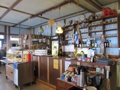 Kiinteistö myös kunnallistekniikassa! Kuvassa 60-paikkaisen pääravintolan anniskelutiski, lounaslinjasto ja ...