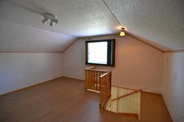 Yläkerran huone, josta portaat alakertaan