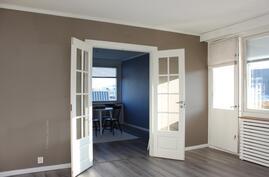 Olohuoneesta ja keittiöstä kulku yhteen huoneista, sopii ruokailuhuoneeksi