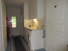 Kuvassa kätevä seinäpintahuollettu kodinhoitohuone, jossa mm. silityslautamekanismi!