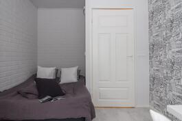 Huoneeseen mahtuu työpisteen lisäksi myös sänky