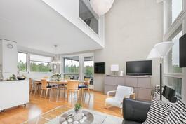 Avara keittiö-/ oleskelutila, olohuone osittain kaksi kerrosta korkea