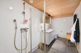 Yläkerran kylpyhuone saunan yhteydessä