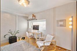 Olohuoneesta erotettu huone, joka käytettävissä makuuhuoneena tai työtilana.