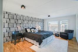 Yläkerrassa todella tilava, valoisa makuuhuone