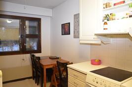 Ruokailutila, olohuone ja keittiö käytännöllisesti vierekkäin