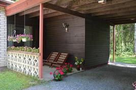 Katettu suojainen terassi kutsuu nauttimaan kesästä