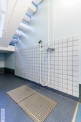 kurasyöppö ala-aulassa, jossa voi pestä vaikka koiran tassut tai lastenvaunut.