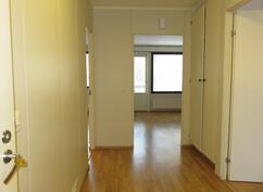 Eteinen, vasemmalla kylpyhuone, oikealla nukkumahuone, edessä vas. keittiö ja oik. olohuone