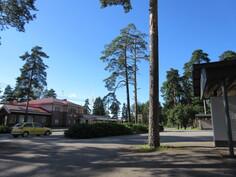 N. 1 km päässä Köyliön keskustan monip. palvelut (kauppa, pankki ottomaatein, terveysasema, päiväkoti ja ala-aste) sekä valaistu pururata vain n. 200 päässä!