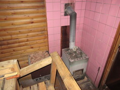 Tilavan saunan seinät pyöröpaneelia ja saunassa sähkö- sekä puulämm. kiukaat!