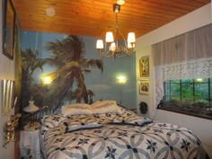 Talon siisteissä makuuhuoneiden tapettikuoseissa kaunista maisemakuvaa ja ...