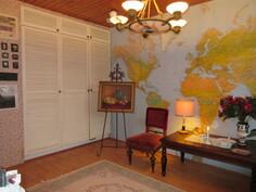 Makuuhuoneissa on myös kaapistoja ja talossa lisäksi vaatehuone- ja varastotilaa!