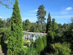 Omalla tontilla oleva n. 1500 m2 näyttävä kesällä päiväperhostenkin suosima puutarha!