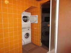 I-kerroksen sauna- ja kylpyhuonetilojen seinät kiveä ja kylpyhuoneeseen ...
