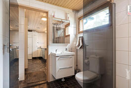 Kylpyhuoneen yhteydessä wc.