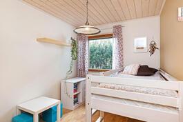 Myös kahdessa pienemmässä makuuhuoneessa sängyn ja työpöydän lisäksi tilaa leikeille.