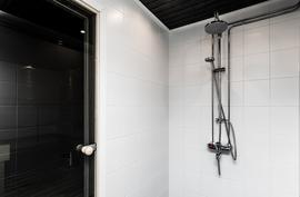 Kylpyhuone saadesuihkulla