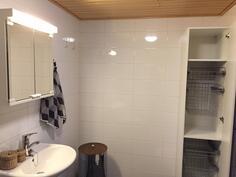 Kaunis pesuhuone, katto paneloitu, lattialämmitys, kauttaaltaan laatoitettu
