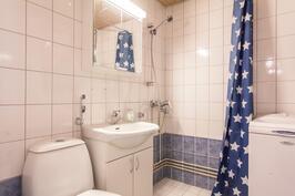 Kylpyhuoneessa on myös pesukoneelle oma paikkansa