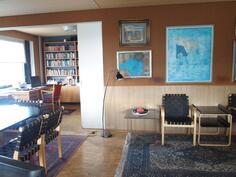 Olohuoneesta liukuovi erottaa kirjaston