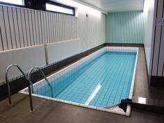 Taloyhtiön saunassa on uima-allas