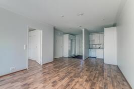 Eteisen laattalattia yhdistyy kauniisti kodin upeaan laminaatti lattiaan