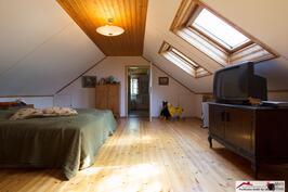 Torpan yläkerran huone kattoikkunoin