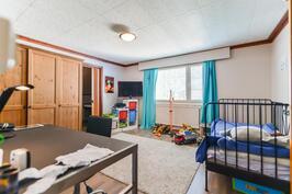 Yk makuuhuone 1 / Övre våningens sovrum 1
