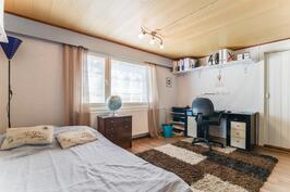 Yk makuuhuone 2 / Övre våningens sovrum 2