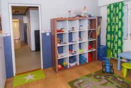 Lastenhuone jossa ikkuna sisäpihan puolelle.