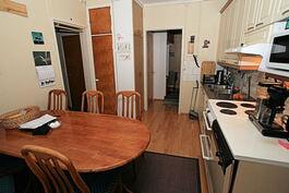 Makuuhuoneen ovelta keittiöön, vas. eteiseen, takaa eteiseen, josta olohuoneeseen