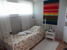 Sisäänkäynnin puoleinen makuuhuone