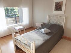 Parvekkeen puoleinen makuuhuone