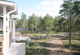 Jäälinjärven rannassa asukkailla on käytössä oma soutuvene.