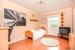 Kolmaskin makuuhuone on hyvän kokoinen ja täälläkin vaatehuone tuomassa säilytystilaa.