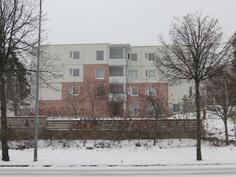 Asunnon B 24 parveke on keskellä, ylimmässä kerroksessa.