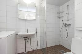 Kylpyhuone remontoitiin taloyhtiön toimesta ja valvonnassa 2013.
