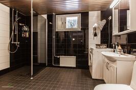 upeasti remontoitu tilava kylpyhuone v.2016