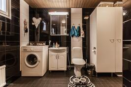 kylpyhuoneessa tilaa myös pesukoneelle