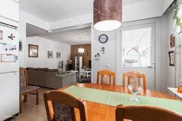 keittiöstä näkymä olohuoneeseen