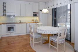 Valkoinen kaunis keittiö