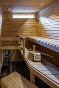 Siisti sauna jonne pääsee ikkunasta valoa
