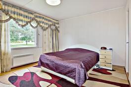 Alakerran makuuhuoneessa vaatehuone/ Klädrum finns i detta nedre vån. sovrum.