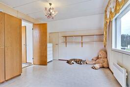 Yläkerrassa kaksi tilavaa makuuhuonetta/ Två rejäla sovrum i övre vån.