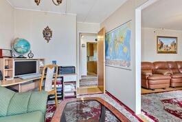 Työhuone olohuoneen jatkeena/ Arbetsrum i kombination med vardagsrummet.
