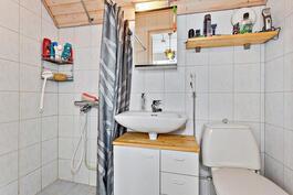 Yläkerran kh:ssa suihku/ Dusch också i övre vån. badrum.