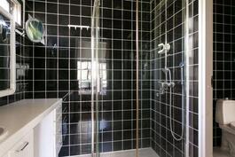 Yläkerran erillinen kylpyhuone