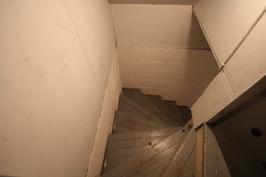 käynti kellari kerrokseen jossa runsaasti varastointitilaa.