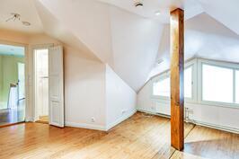 1) Yläkerran makuuhuoneen tiloja.